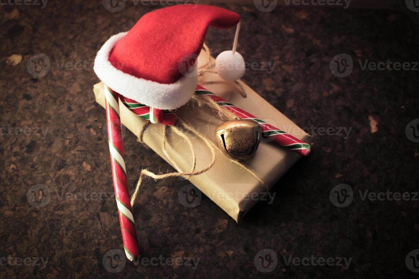 presente de Natal com bastão de doces foto