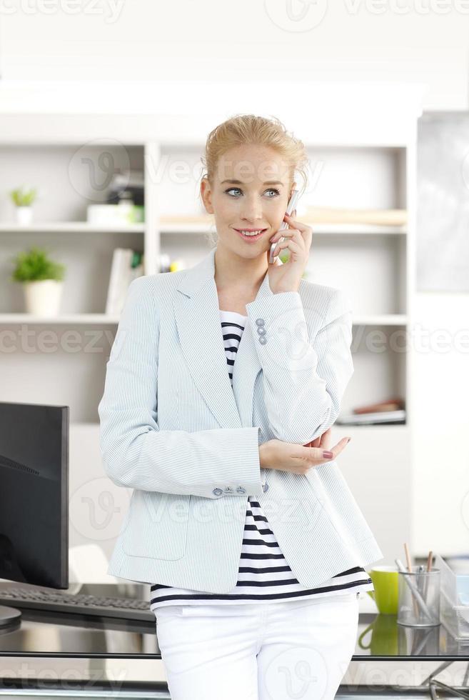 profissional feminino com telefone móvel foto