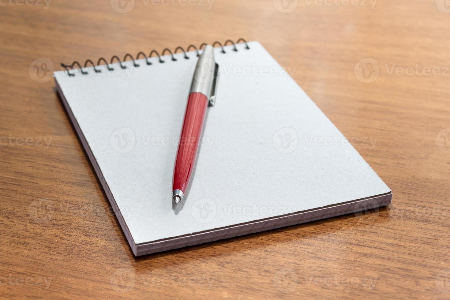 bloco de notas e caneta foto
