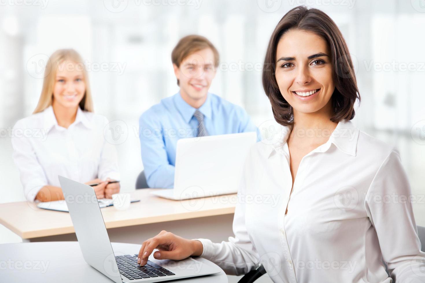 mulher de negócios com sua equipe foto