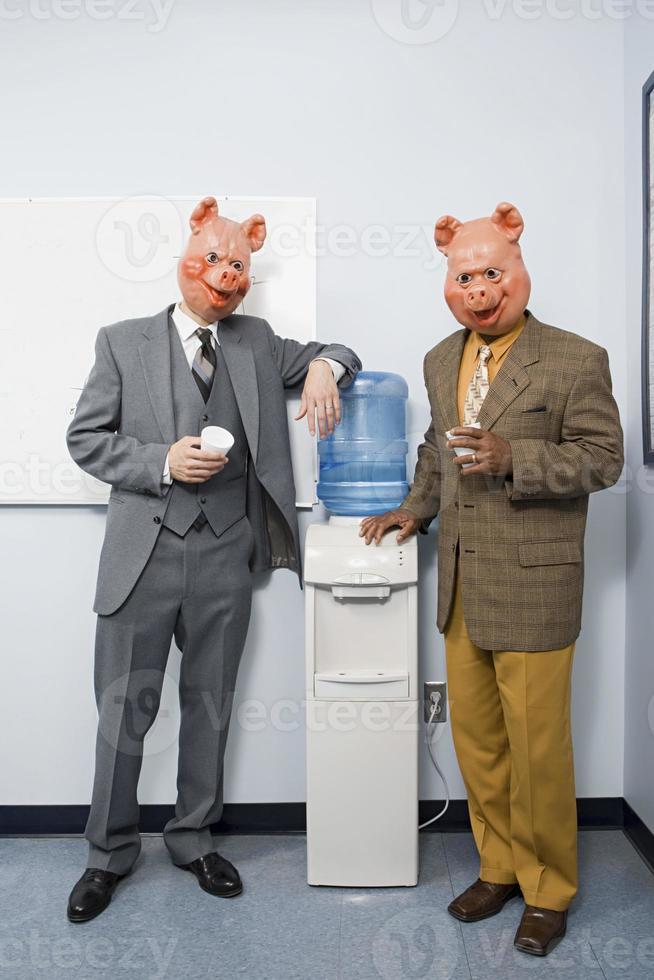 dois empresários em máscaras de porco foto