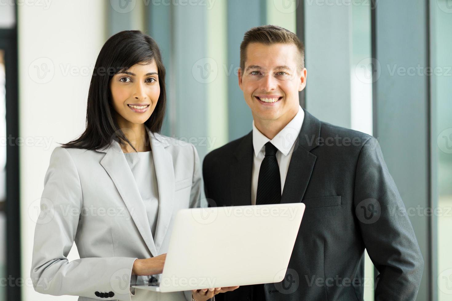 jovem executivo de negócios no escritório foto