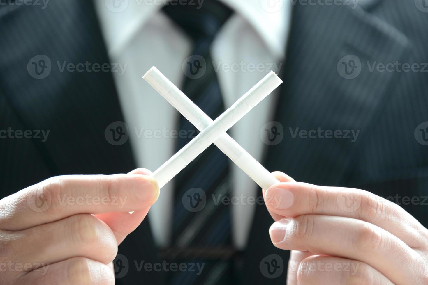 não fumar por pessoa de negócios foto