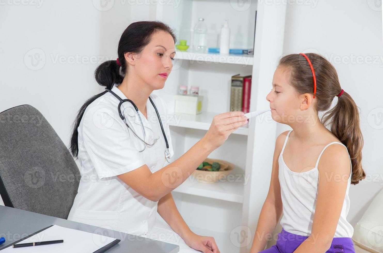 médico medir temeprature foto