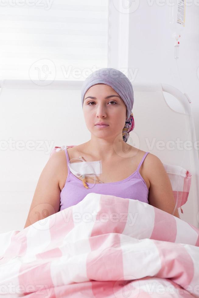 deitado na cama do hospital foto