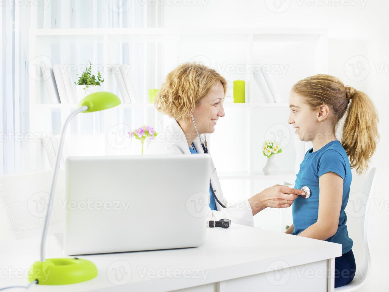 criança no consultório médico. foto