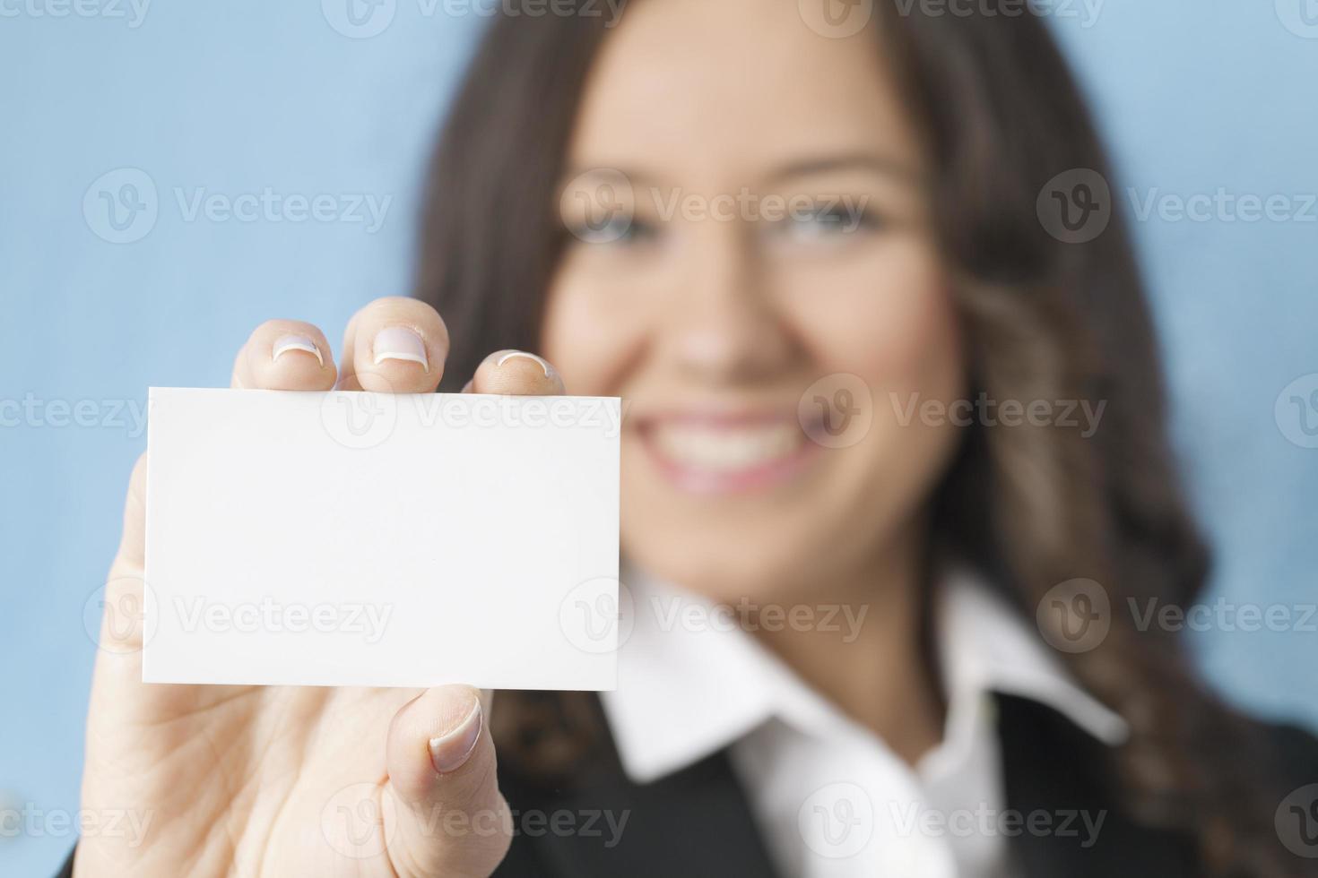 empresária dando cartão de visita em branco foto