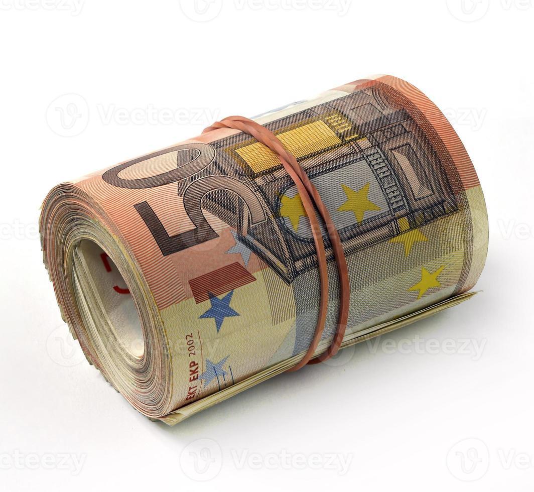 nota de euro dobrada em um rolo foto