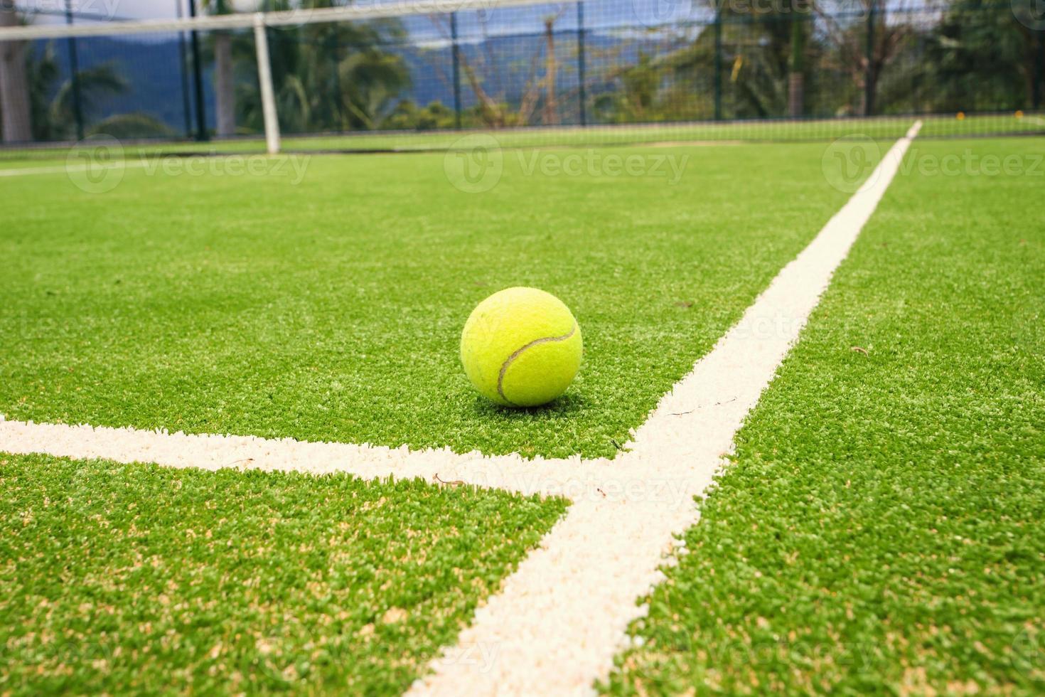 quadra de tênis com bola de tênis foto