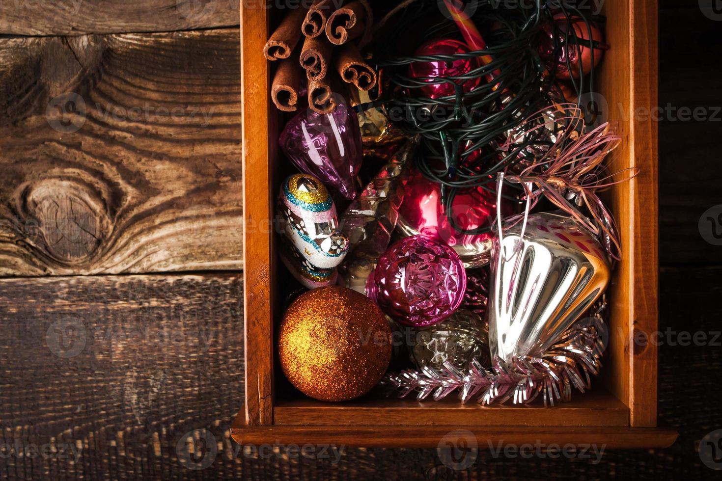 caixa de madeira com enfeites de natal e presente horizontal foto