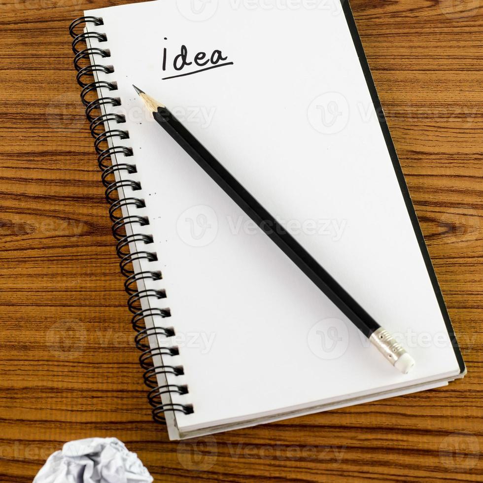 papel amassado e lápis com notebook foto