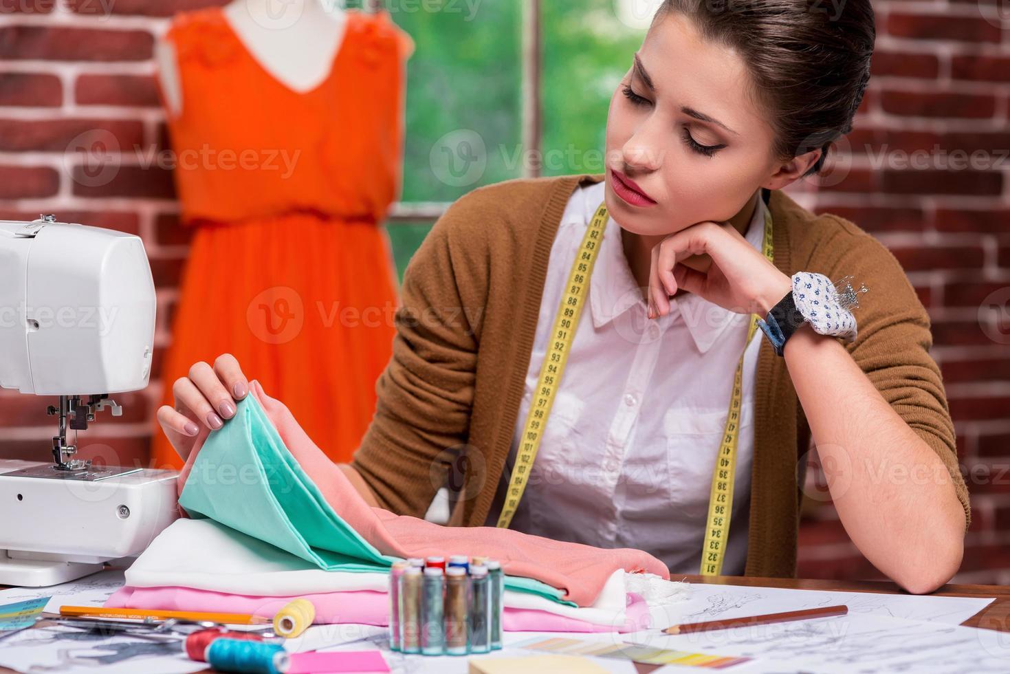 examinando têxteis antes de costurar. foto
