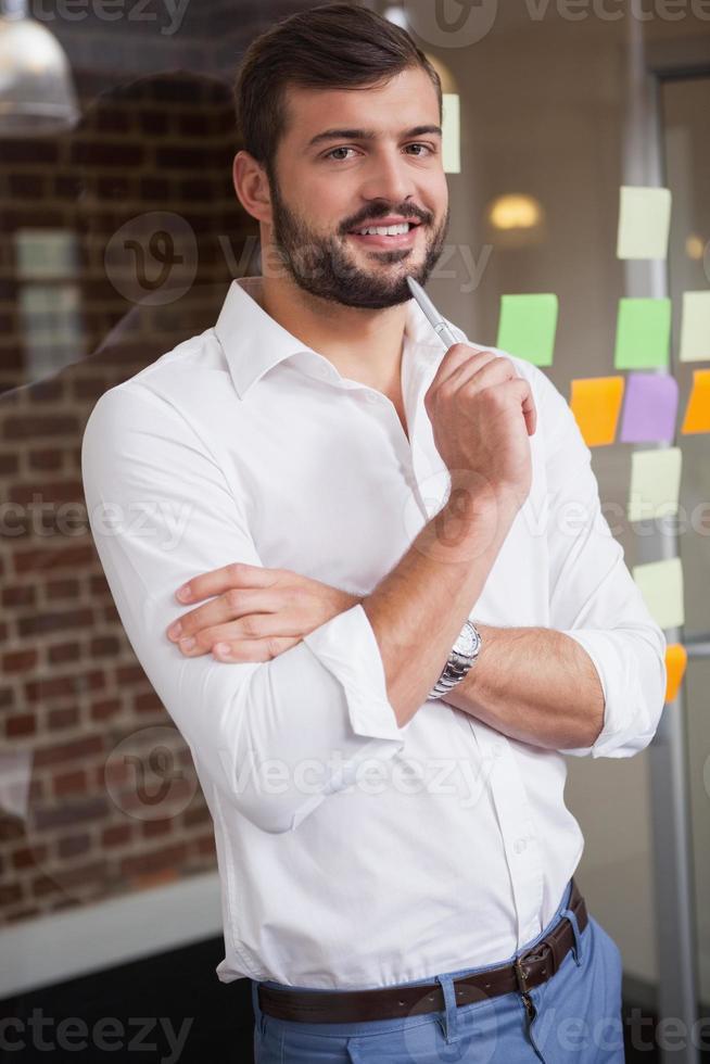 empresário casual, sorrindo para a câmera foto