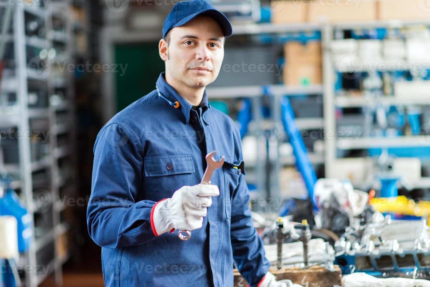 mecânico de automóveis em sua oficina foto