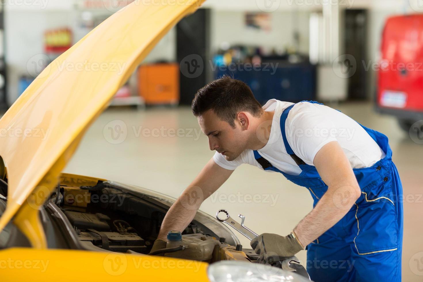 mecânico trabalhando no motor foto