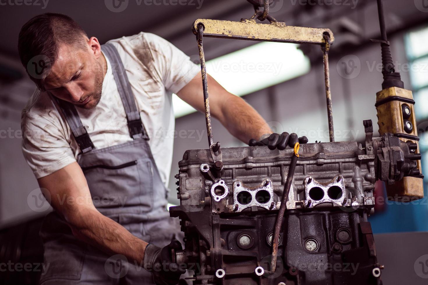 motor de carro pendurado na grua foto