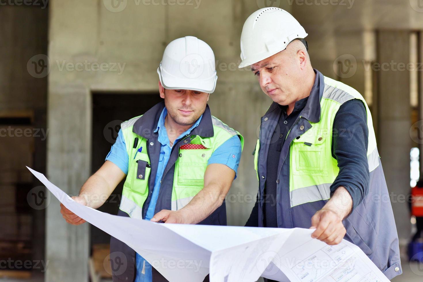 engenheiro civil e capataz sênior no canteiro de obras foto