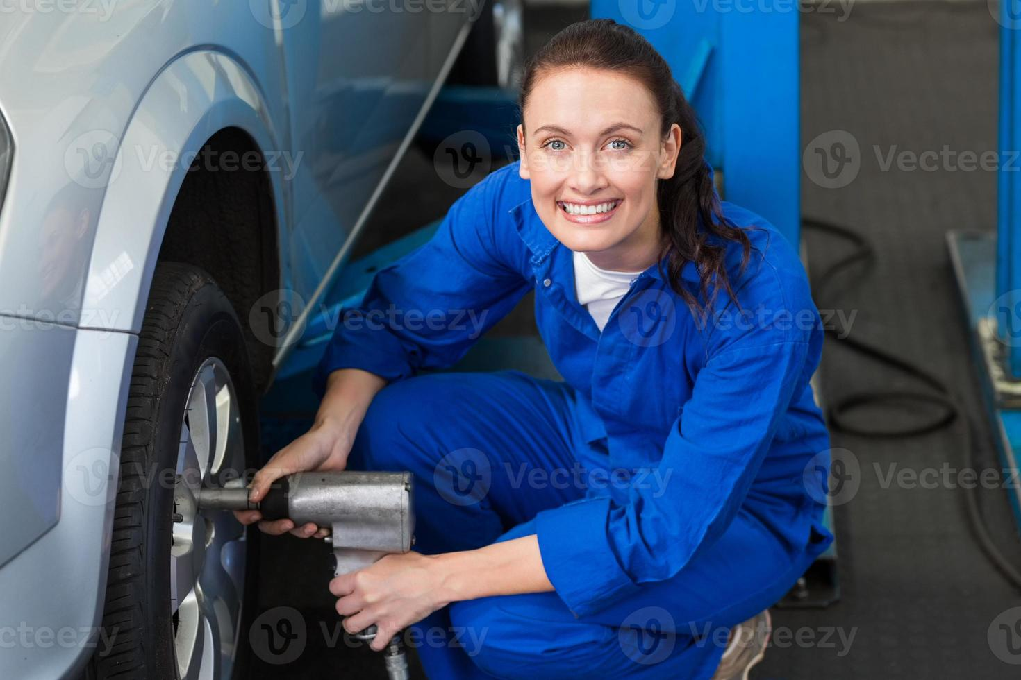 mecânico ajustando a roda do pneu foto