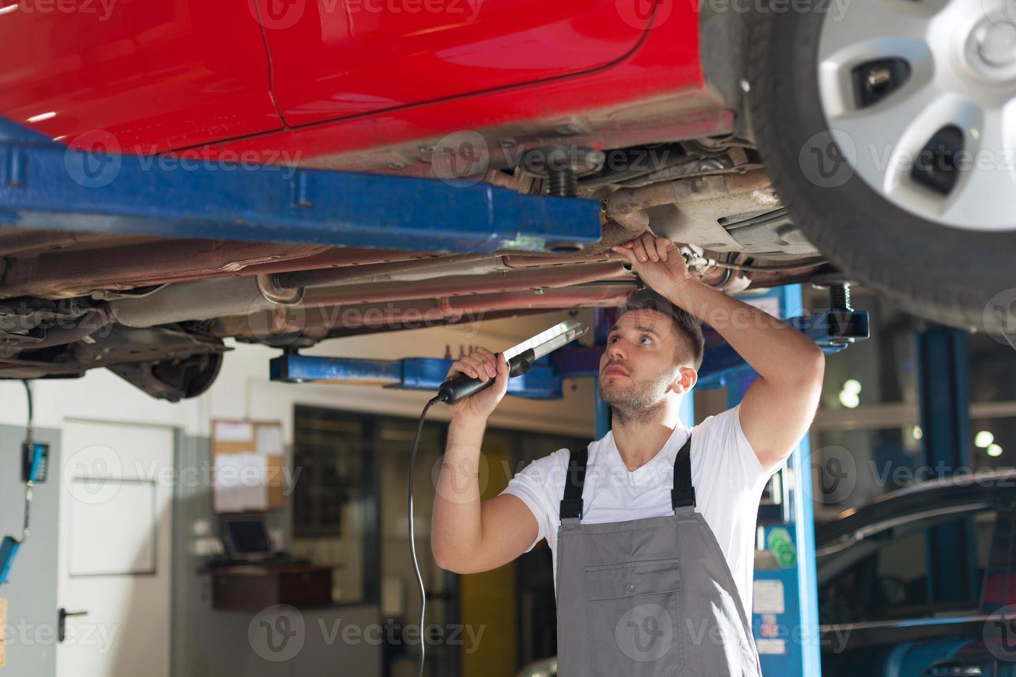 inspeção do chassi do carro foto