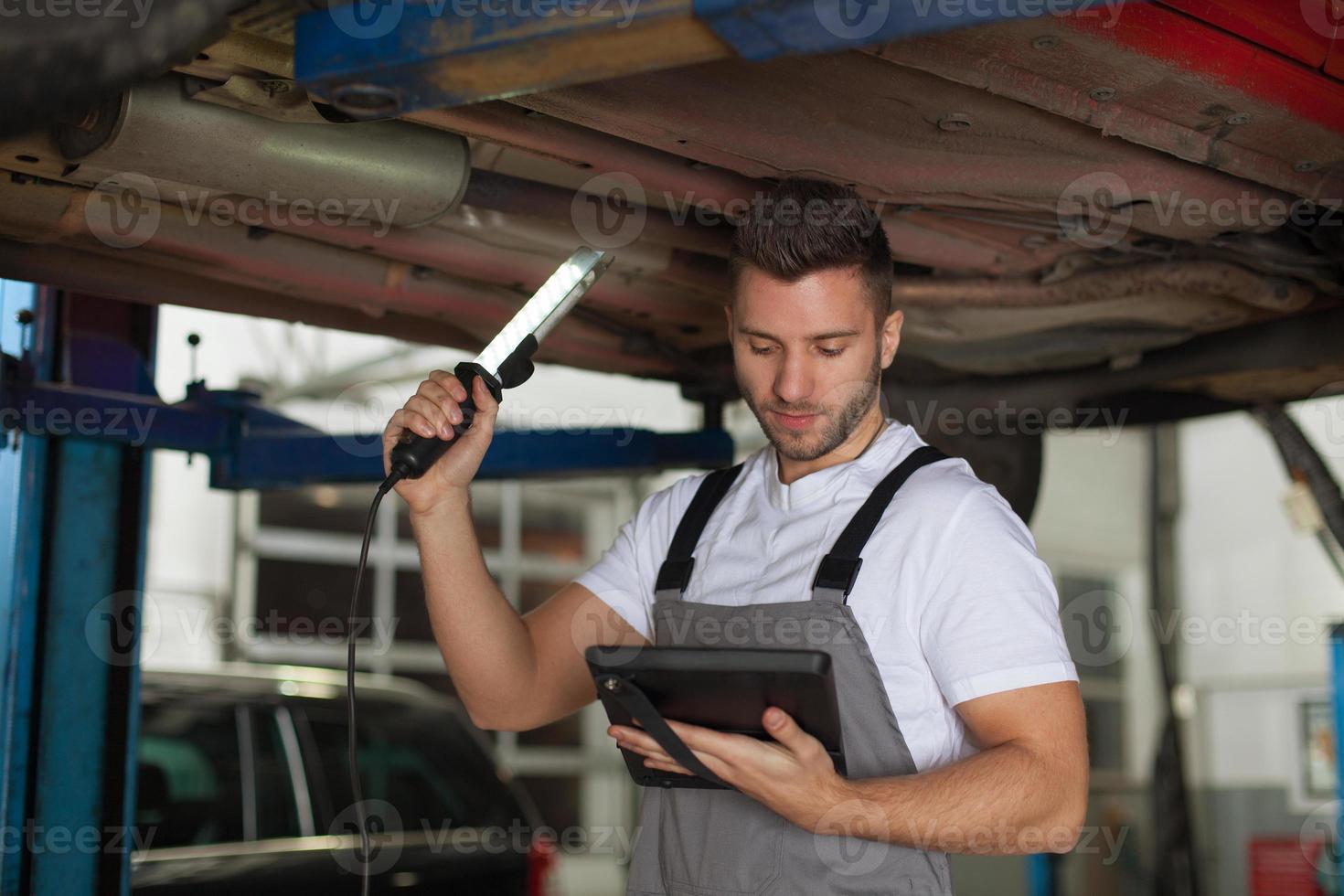 inspeção de um chassi de carro foto