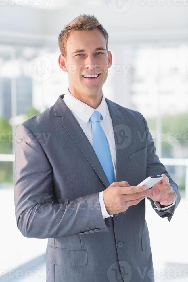 mensagens de texto de empresário com seu smartphone foto