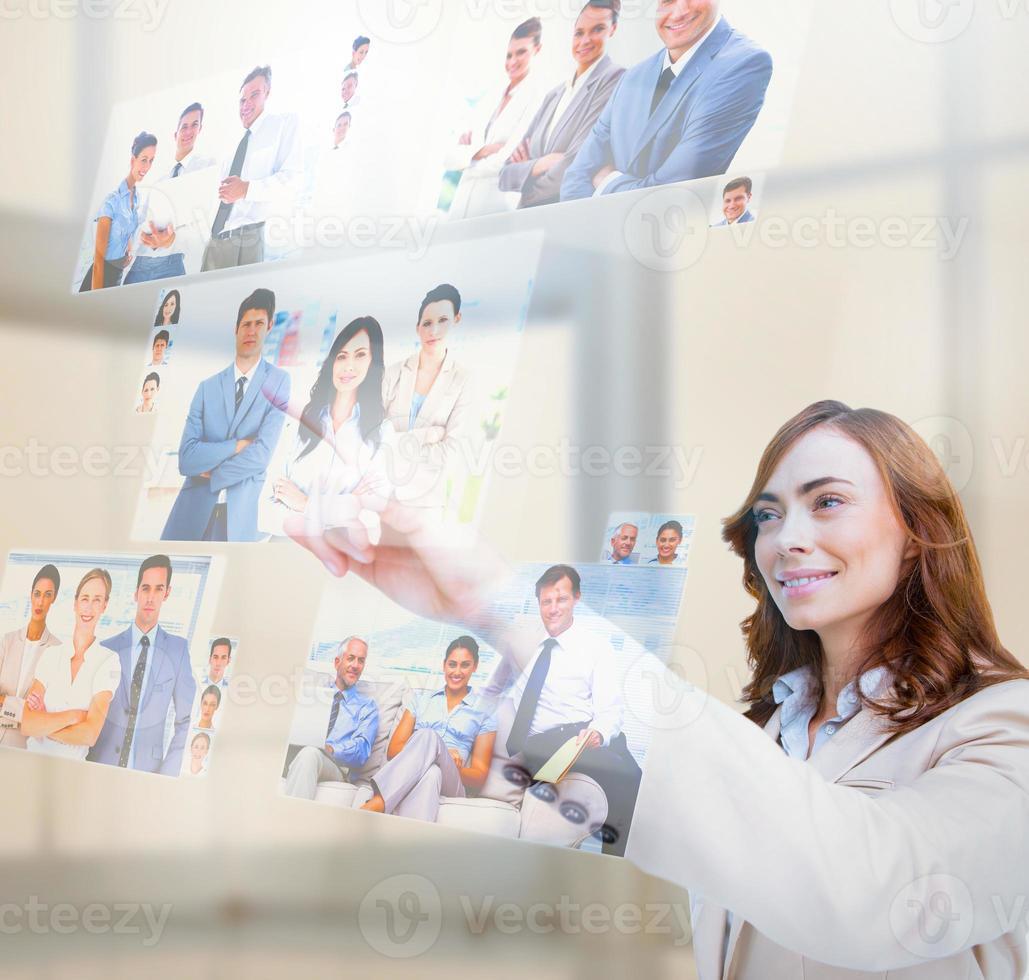 empresária satisfeita selecionando fotos