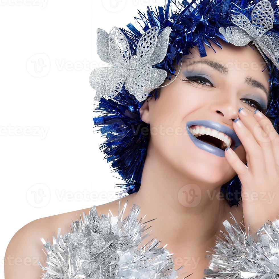 linda festeira expressando felicidade. maquiagem e penteado de férias foto