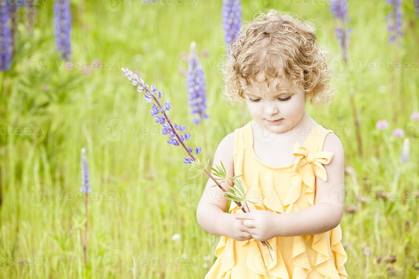 linda garota de pé no campo. foto
