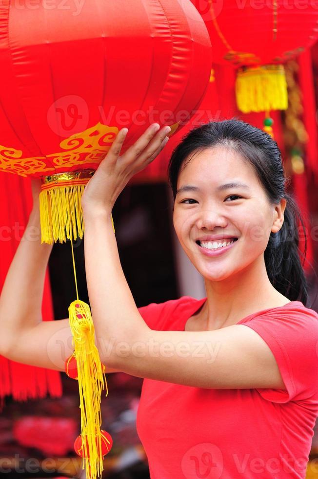 feliz mulher asiática no festival da primavera foto