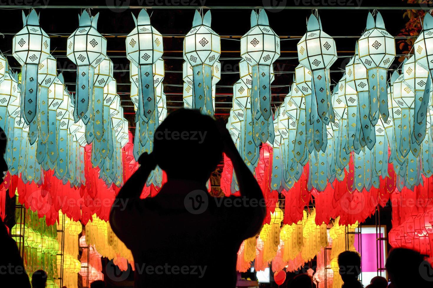 lanternas de papel no festival yee-peng, chiangmai Tailândia foto