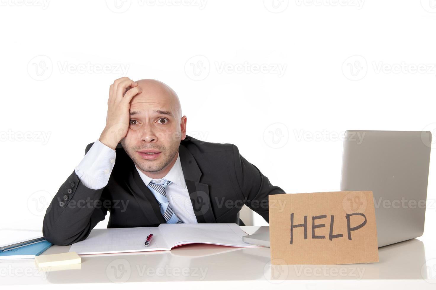 homem de negócios latino careca sobre trabalhou segurando uma placa de ajuda foto
