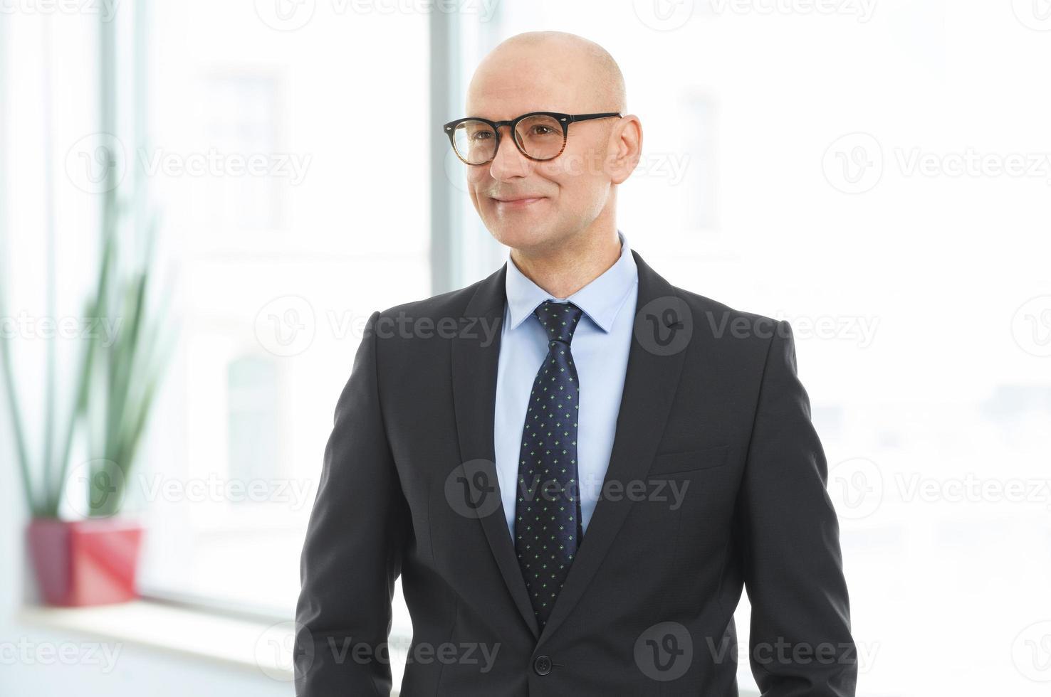 retrato de homem de negócios no escritório foto
