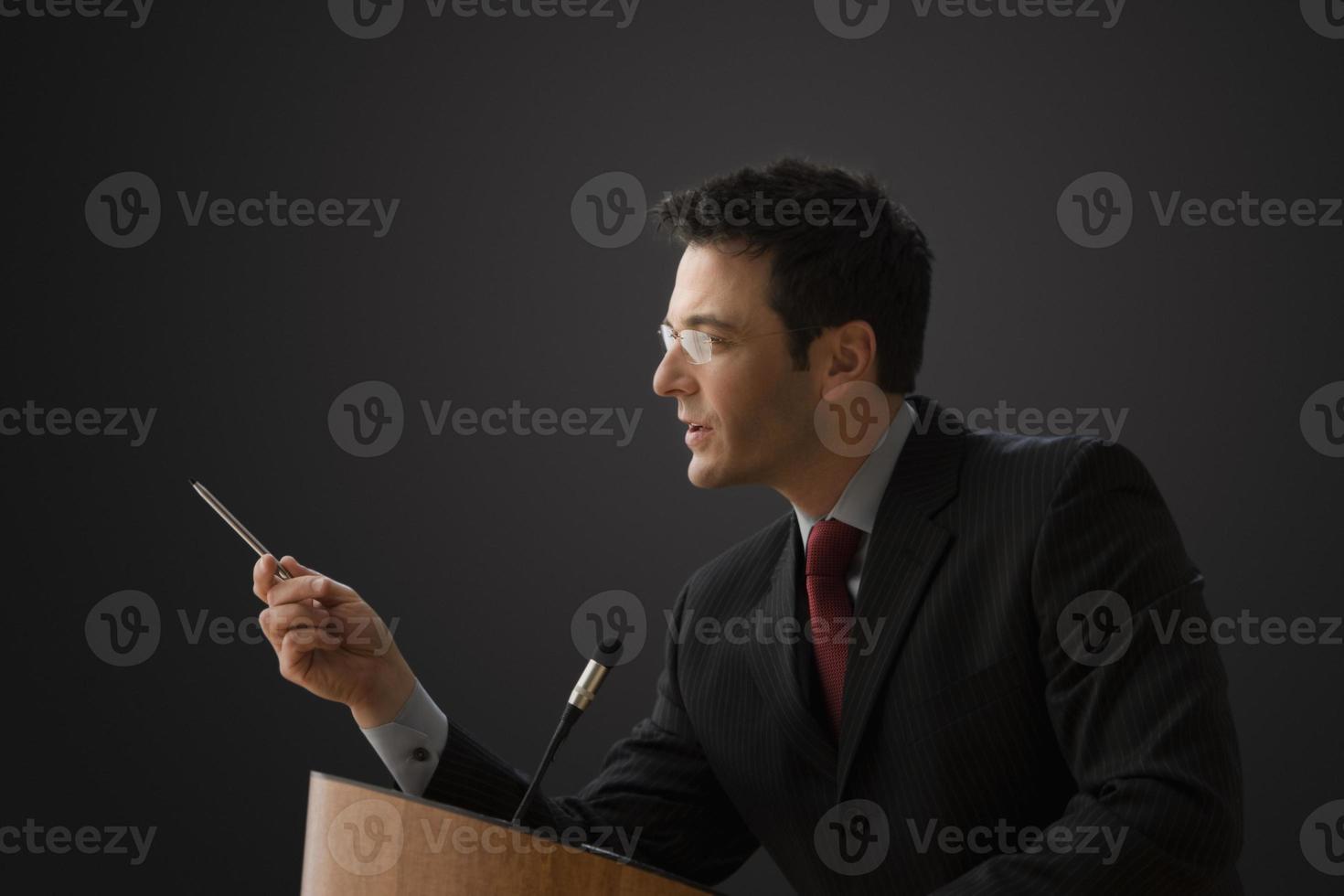 empresário dando uma palestra foto