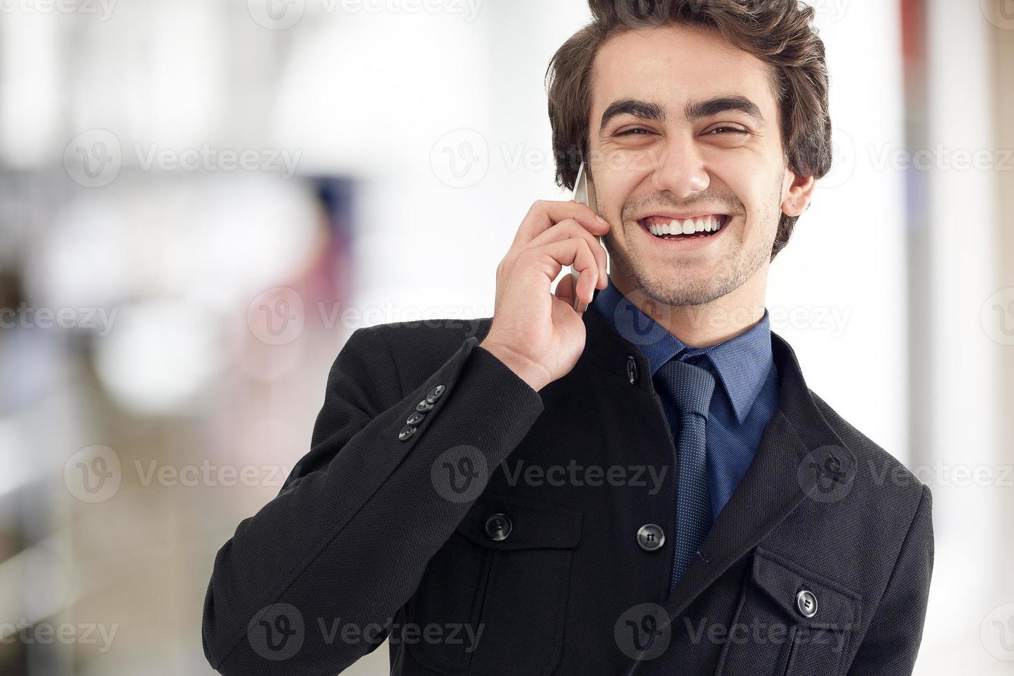 jovem, falando, telefone móvel, rua foto