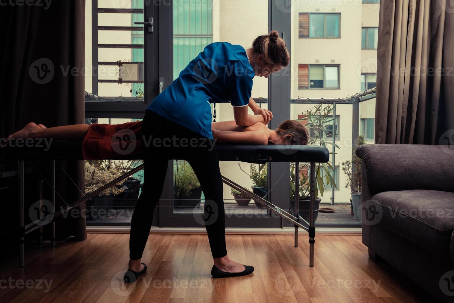 massagista tratar o paciente em casa foto