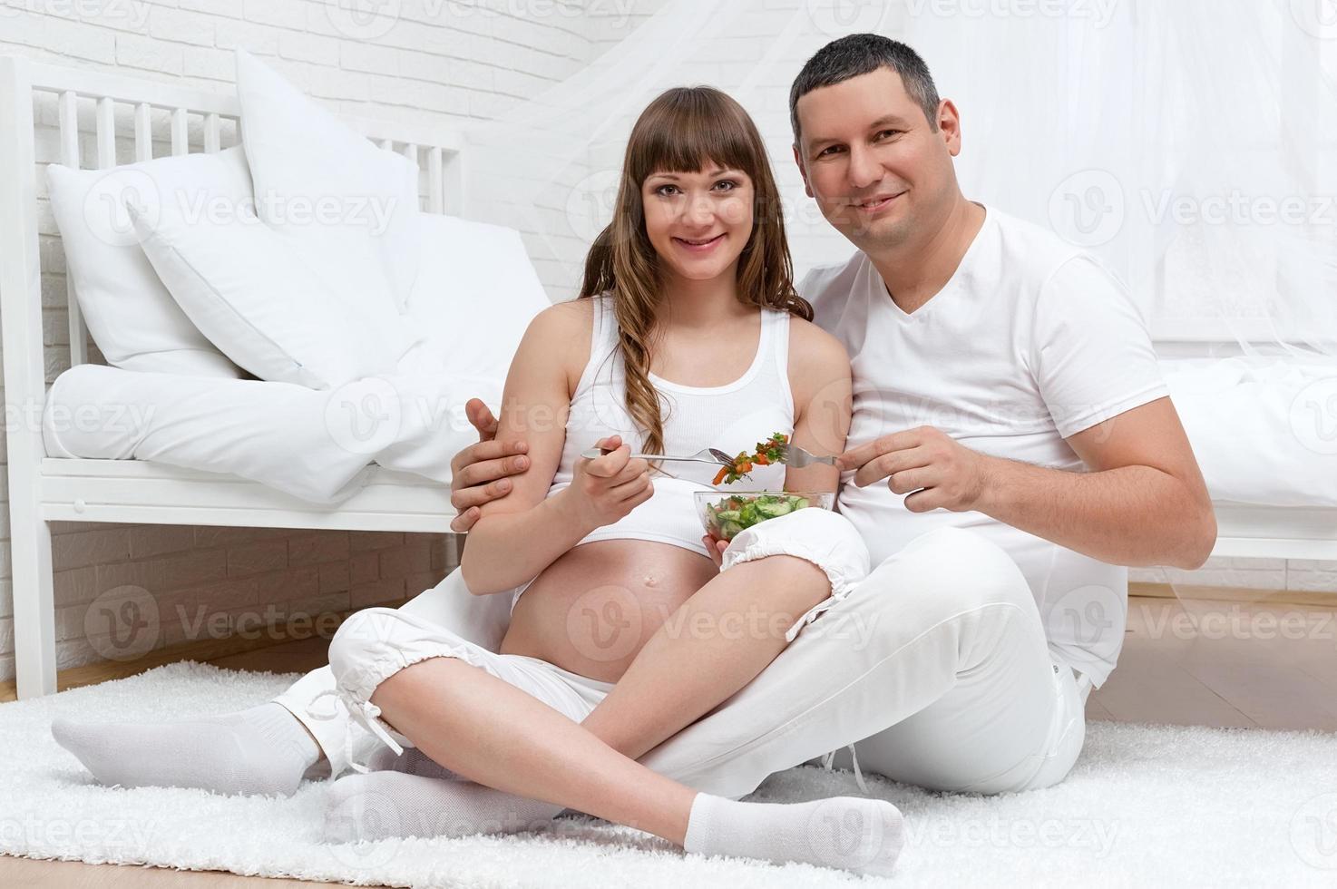 retrato de jovem casal na pendência da criança foto