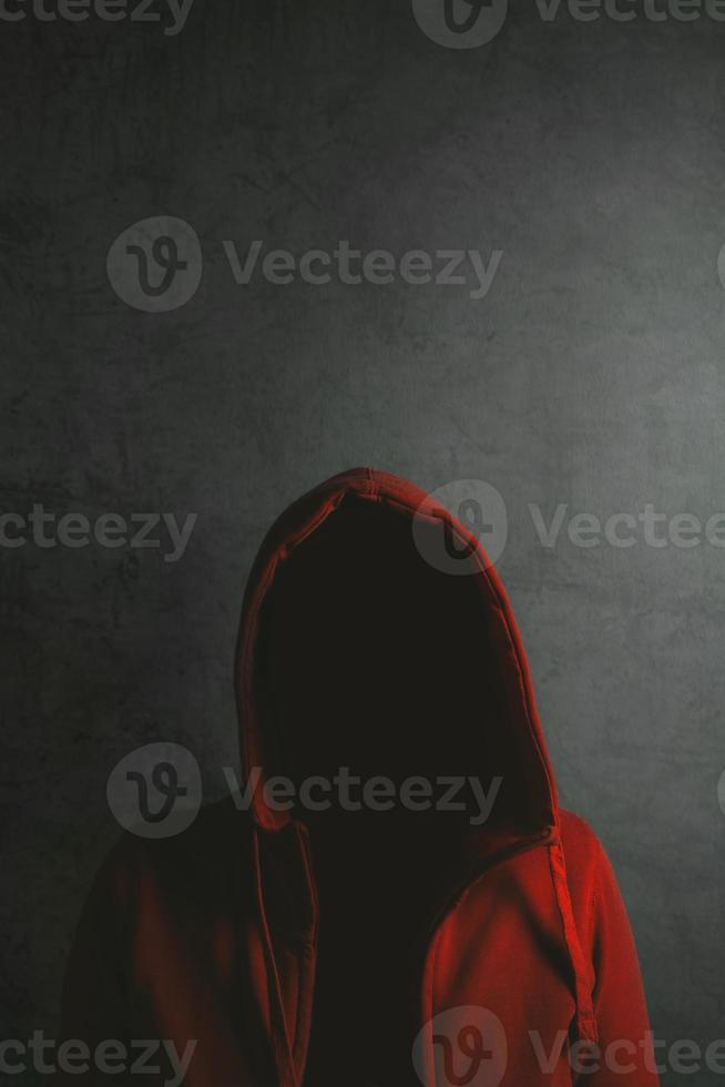 pessoa irreconhecível, vestindo camisa com capuz vermelha foto