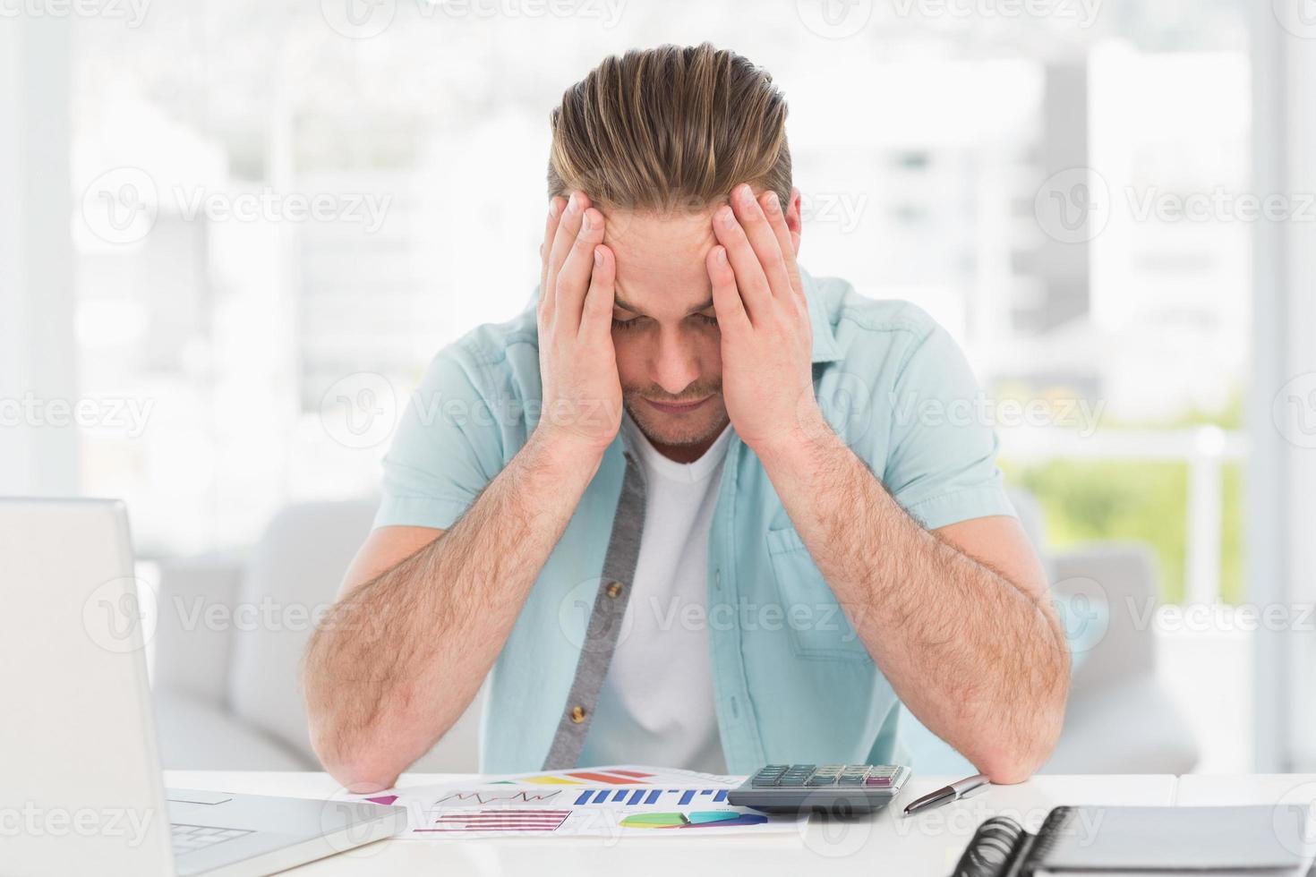 empresário estressado, cobrindo o rosto foto