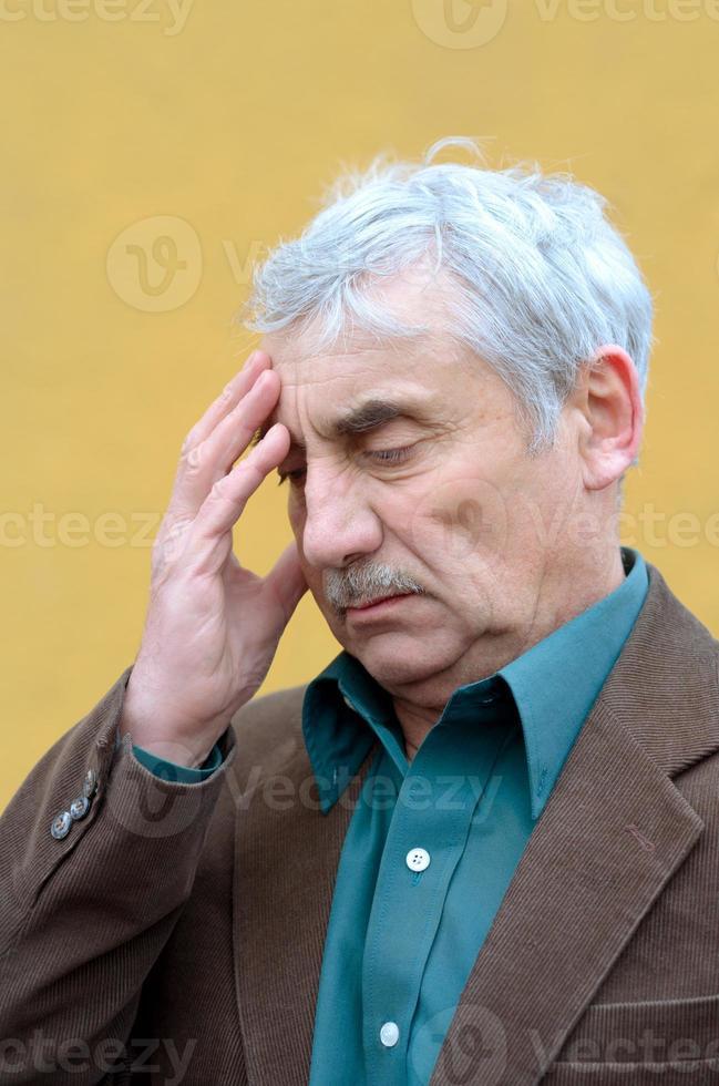 dor de cabeça do homem sênior foto