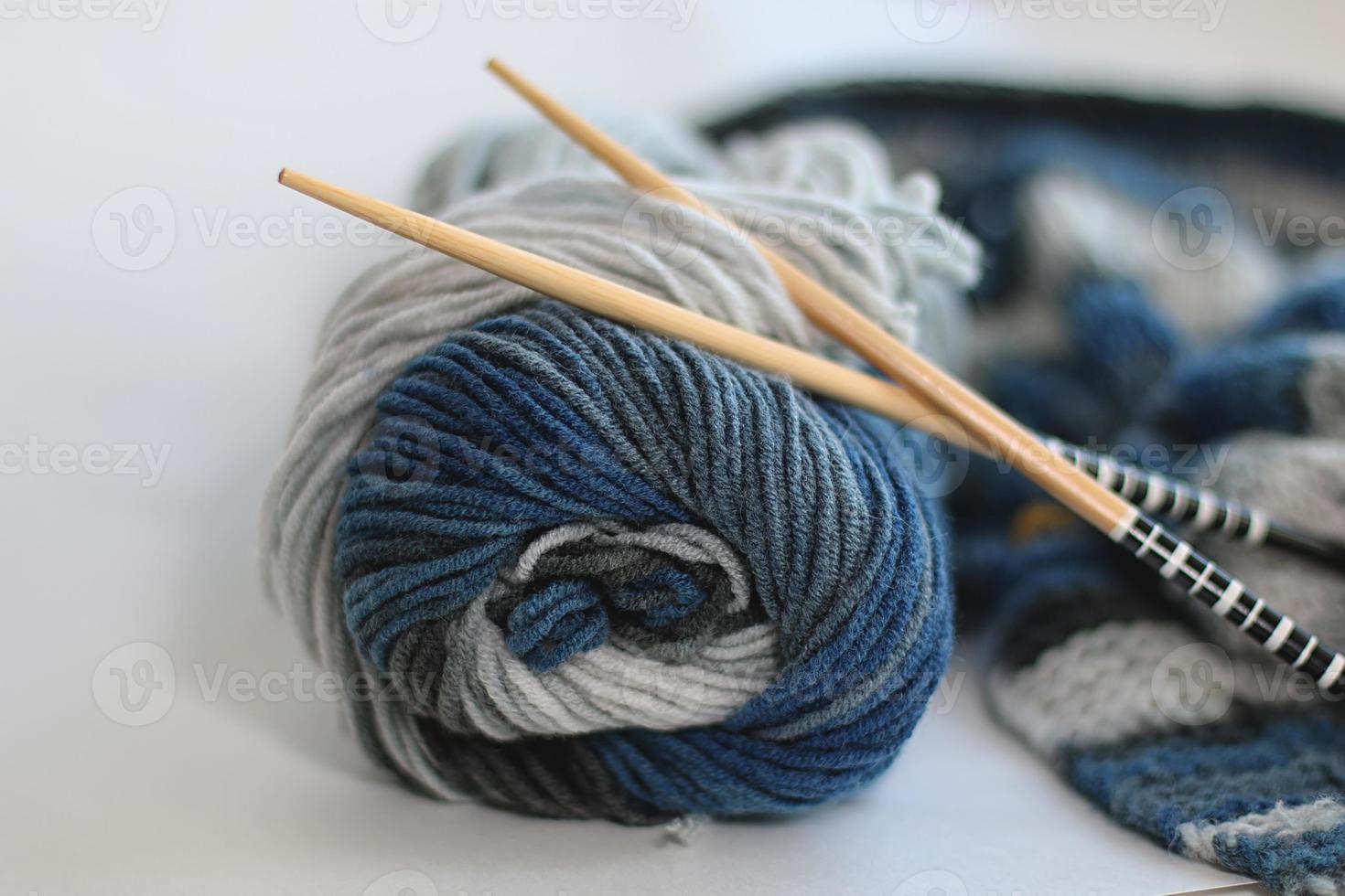 o conceito de um hobby de tricô de lã foto