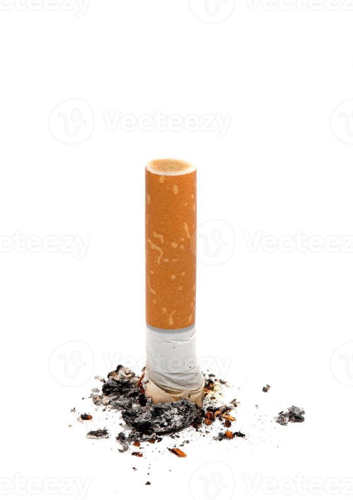 bituca de cigarro sobre branco foto