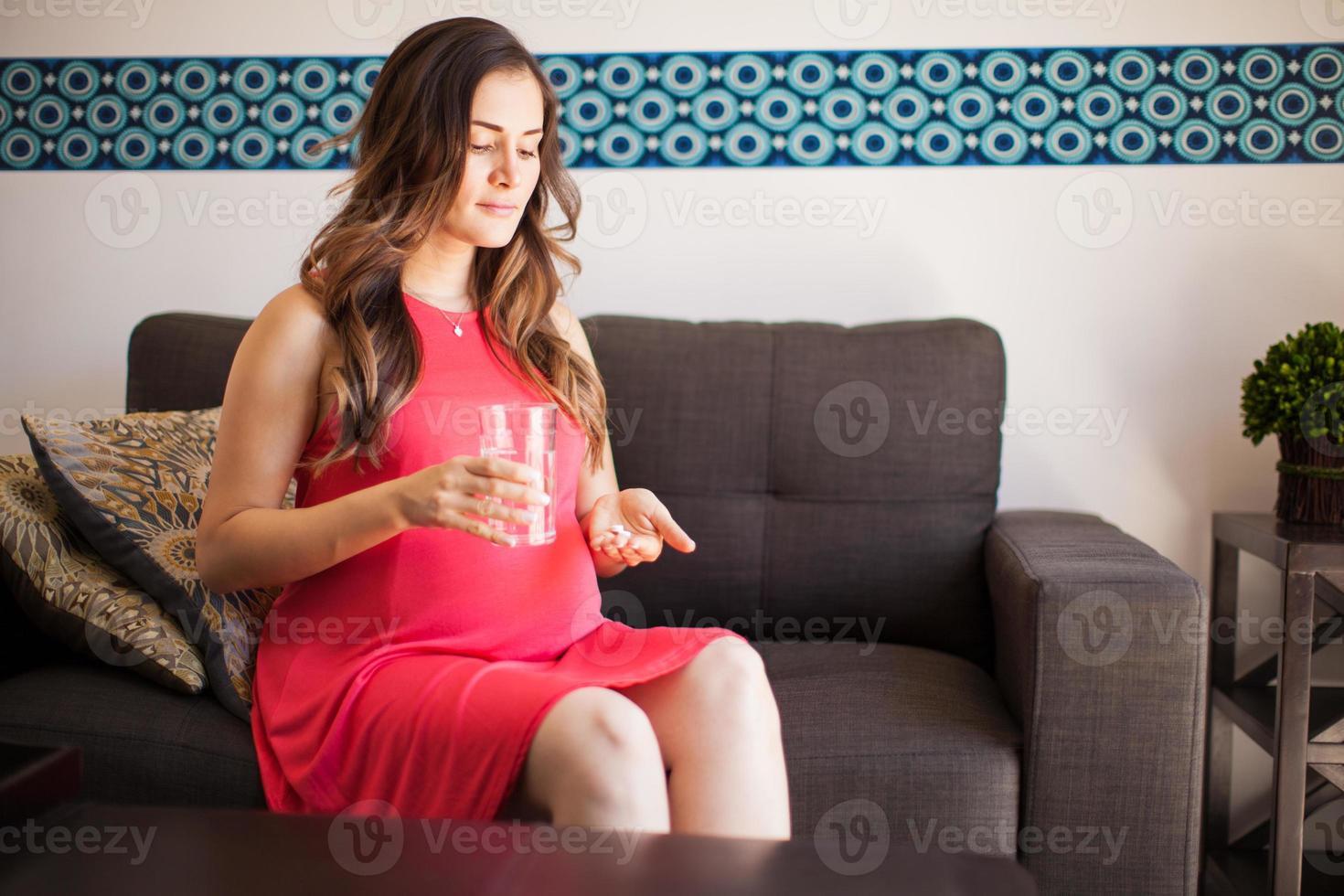 mulher grávida tomando aspirina foto