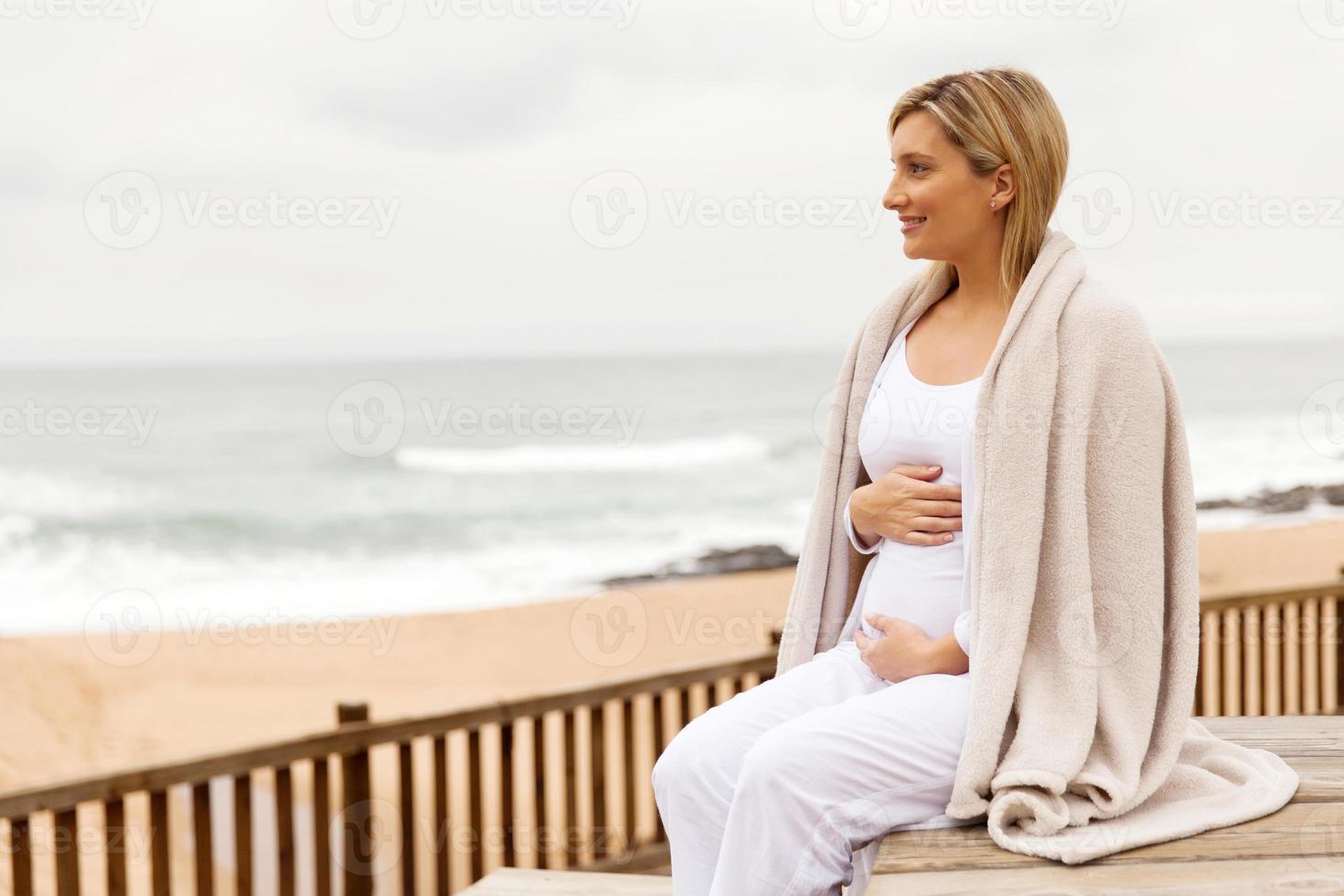 mulher grávida na praia foto