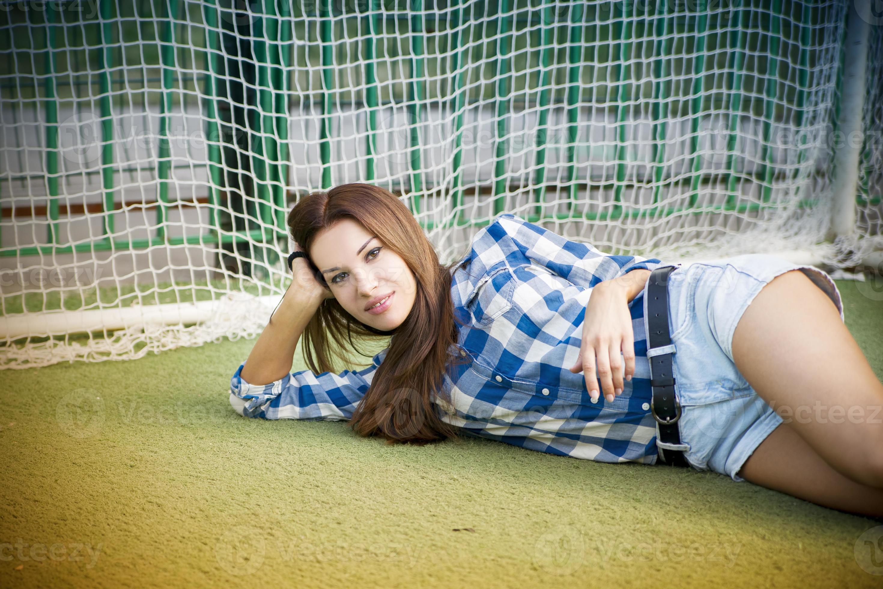 Mulher Jovem E Bonita No Campo De Futebol 1179656 Foto De Stock No Vecteezy