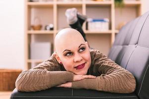 jovem mulher está superando o câncer em casa foto