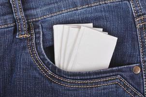 lenço de papel no bolso da calça jeans foto