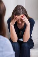 mulher prostrada em terapia foto