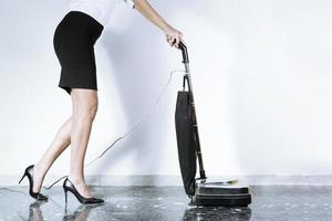 mulher na carreira com aspirador