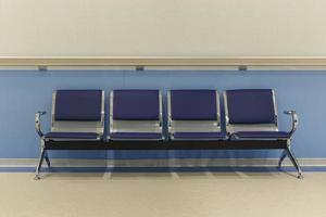 cadeiras no corredor do hospital foto