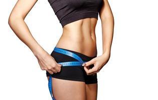 menina medir quadris da cintura foto